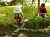 Zojka a Samko robia kamennú obrubu
